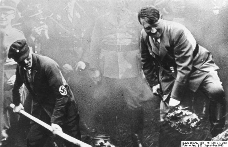 Frankfurt'ta bir otoban inşaatı sırasında Adolf Hitler, 23 Eylül 1933. - Görsel: German Federal Archive (bundesarchiv.de)